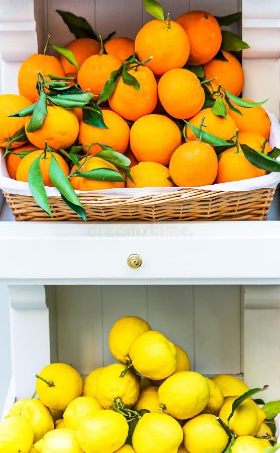 新鲜的桔子和柠檬在étagère 库存照片