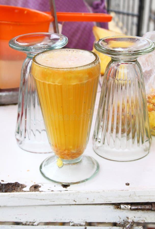 新鲜的桔子/菠萝汁待售 免版税库存照片