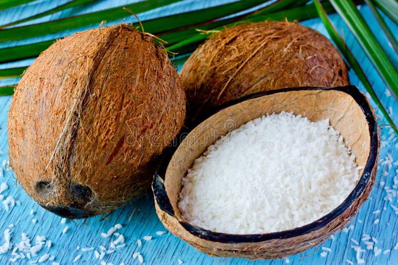 新鲜的椰子和椰子芯片 被脱水的cocon的准备 免版税库存照片