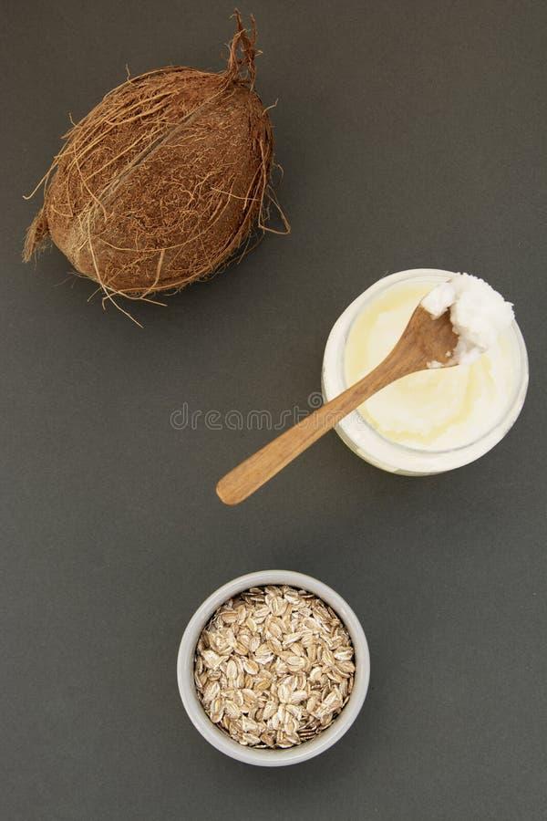 新鲜的椰子油瓶,秀丽关心或健康素食主义者食物的 免版税图库摄影