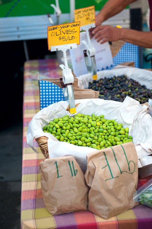 新鲜的橄榄待售在一个农夫市场上在加利福尼亚 免版税图库摄影
