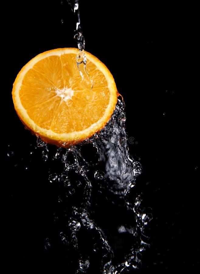 新鲜的橙色飞溅水 免版税库存图片