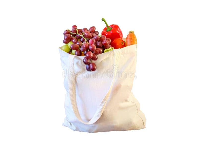 新鲜的水果和蔬菜在白色隔绝的可再用的购物带来的杂货产品 库存照片