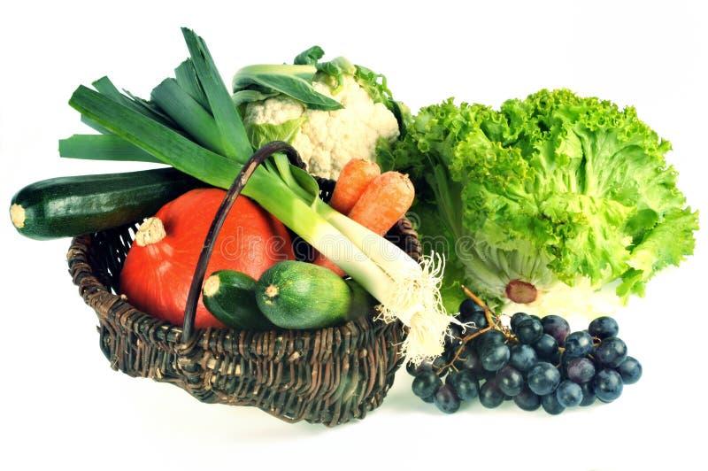 新鲜的水果和蔬菜篮子在白色背景 免版税图库摄影