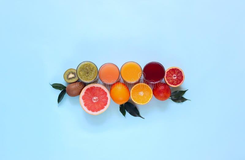 新鲜的汁液和果子切开了成在绿松石背景的切片 库存照片