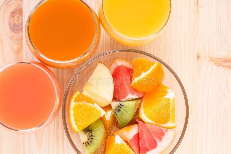 新鲜的汁液在三块玻璃中用水果沙拉 库存图片