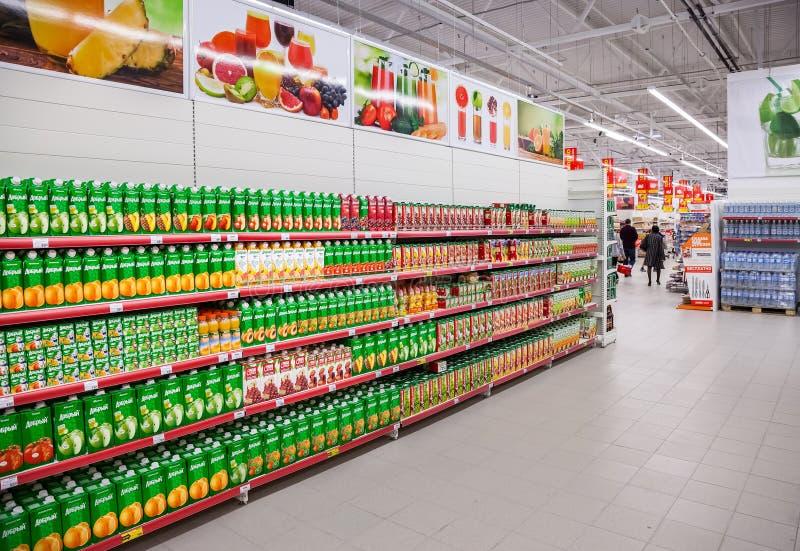 新鲜的汁液在超级市场包装了准备好待售 库存图片