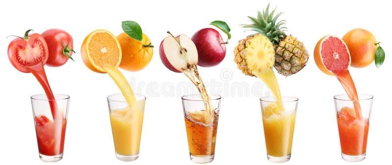 新鲜的汁液从水果和蔬菜倾吐在玻璃 库存图片