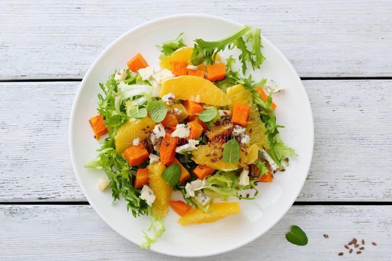 新鲜的沙拉用南瓜和绿色 库存图片