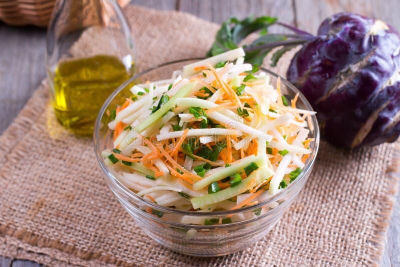 新鲜的沙拉用撇蓝、黄瓜、红萝卜和草本在碗 免版税库存照片