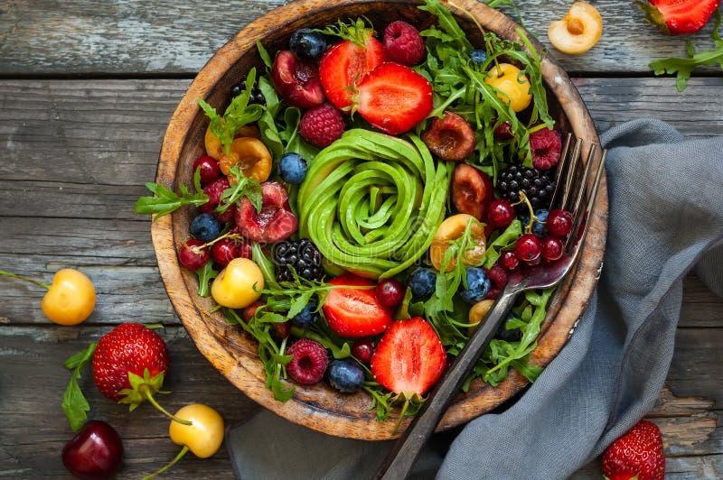 新鲜的沙拉用果子、莓果和菜 免版税库存照片