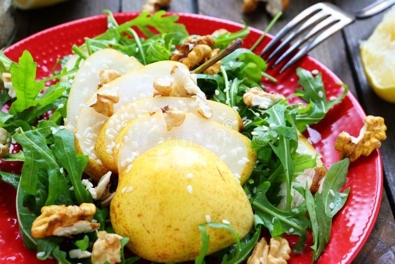新鲜的沙拉用梨和核桃 库存照片