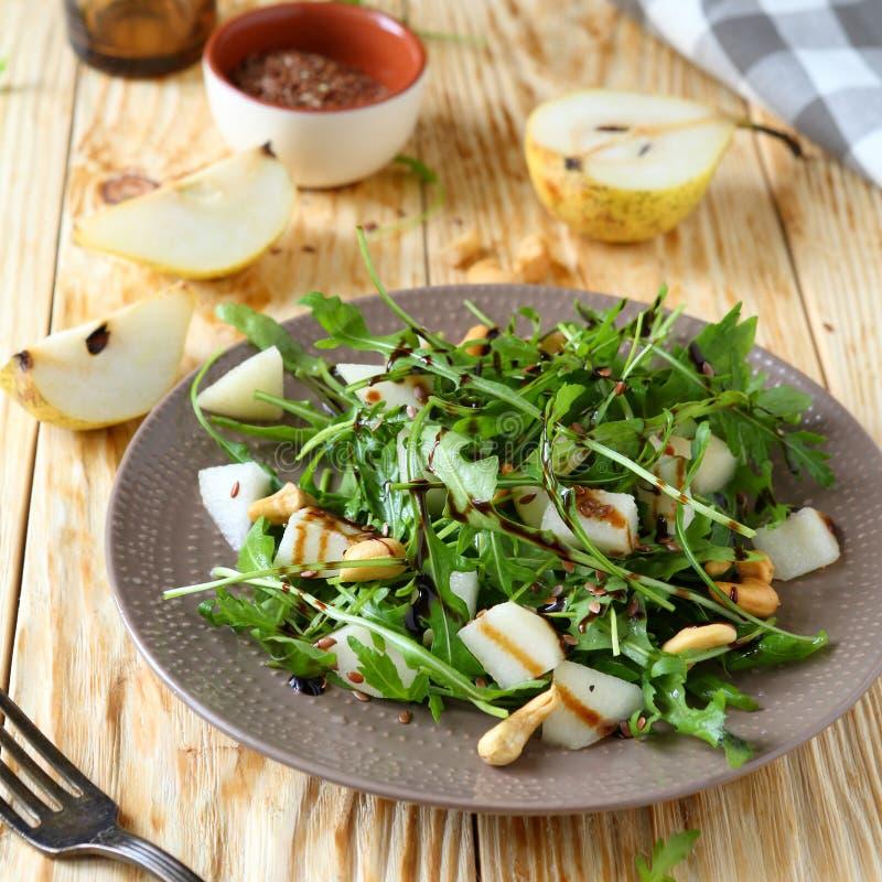 新鲜的沙拉用梨和芝麻菜 免版税图库摄影