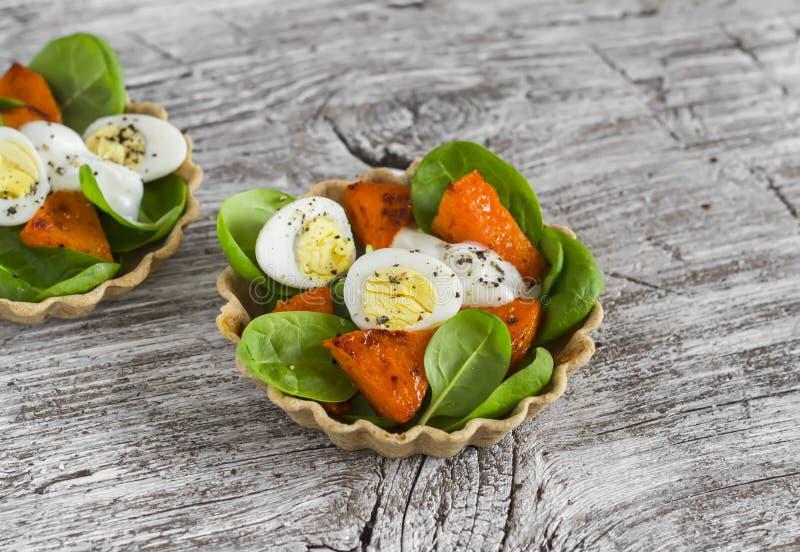 新鲜的沙拉用烤南瓜、菠菜和鹌鹑蛋在果子馅饼服务 图库摄影