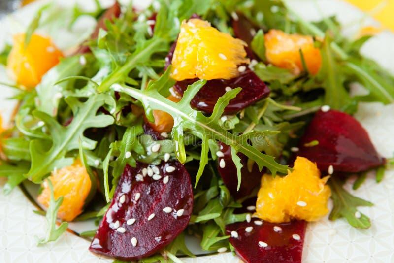 新鲜的沙拉用甜菜和桔子 库存照片