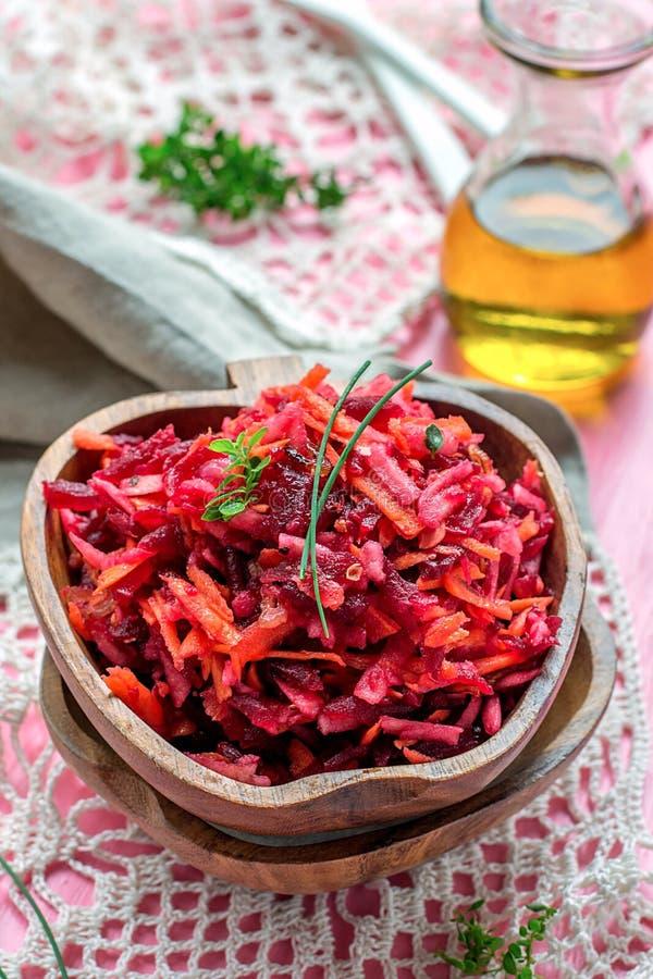 新鲜的沙拉用甜菜根、红萝卜和苹果 库存图片
