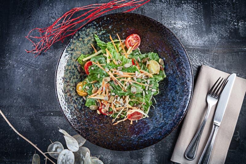 新鲜的沙拉用莴苣,酸性稀奶油调味汁,西红柿,红萝卜 r E 午餐或鲜美开胃菜 库存照片