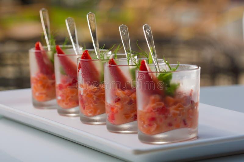 新鲜的沙拉用虾、三文鱼、鲕梨和草莓 库存照片