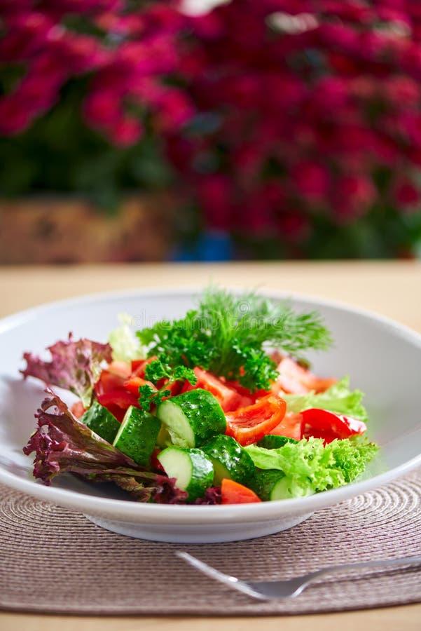 新鲜的沙拉用黄瓜、蕃茄和胡椒 库存照片