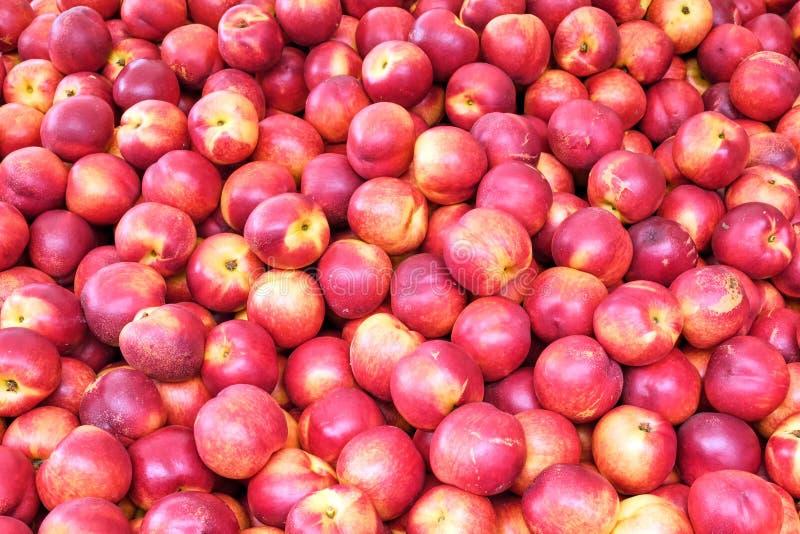 新鲜的油桃待售 免版税图库摄影