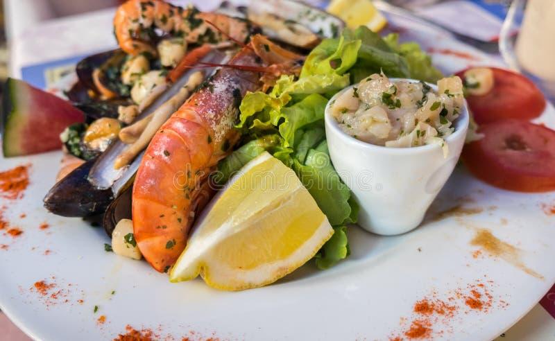 新鲜的油煎的辣海鲜板材在地方餐馆在普罗旺斯地区混合了服务 库存图片