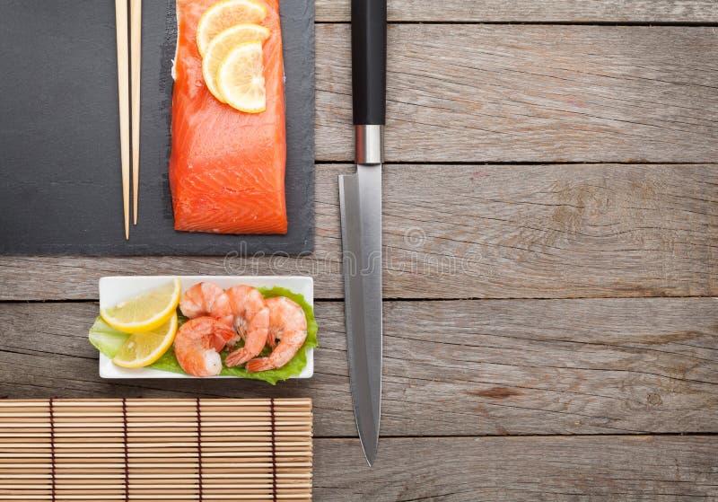 新鲜的海鲜和厨房器物 免版税库存图片
