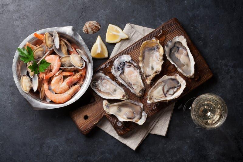 新鲜的海鲜和白葡萄酒 免版税库存照片
