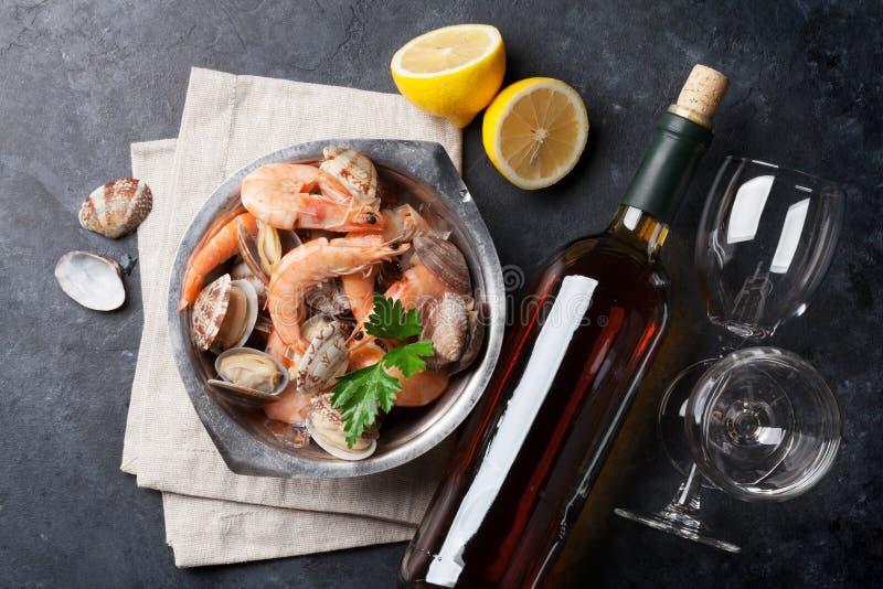 新鲜的海鲜和白葡萄酒 图库摄影