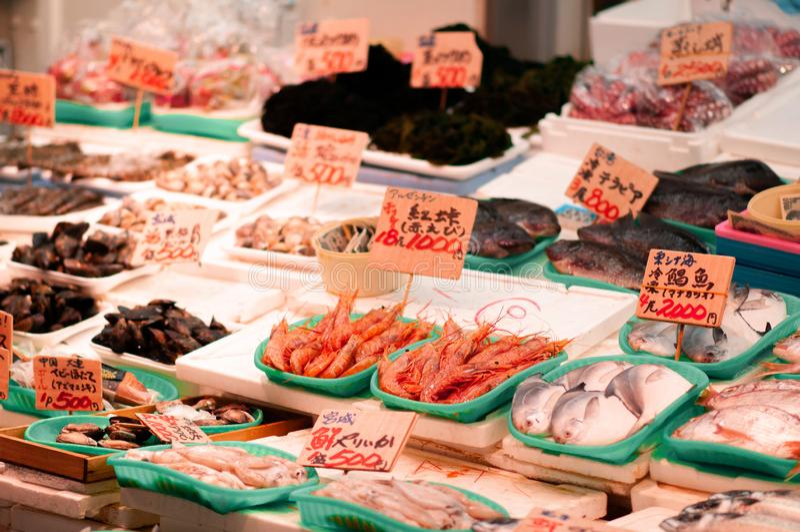 新鲜的海鲜虾和鱼在Ameyoko市场上在上野,东京-日本 免版税库存图片
