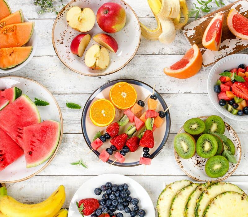 新鲜的混杂的果子 健康饮食吃 切的背景剪切果子半菠萝 免版税库存照片