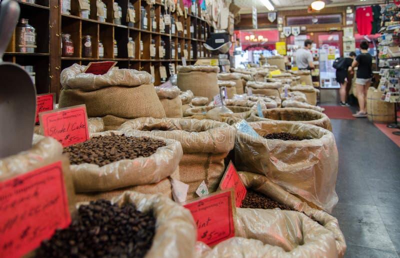 新鲜的烤咖啡豆大选择在帆布大袋的在咖啡商店的待售 格林威治村地区 NYC 免版税库存图片