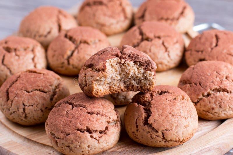 新鲜的热巧克力曲奇饼用可可粉 曲奇饼巧克力皱纹 免版税图库摄影