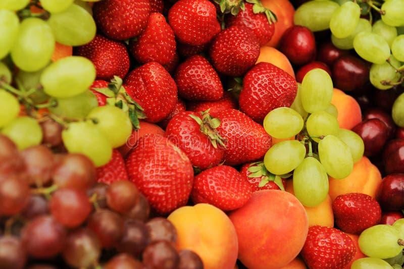 新鲜的热带水果显示  免版税库存图片