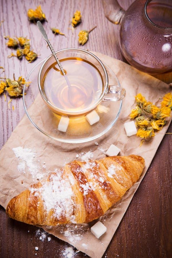 新鲜的热的茶用新月形面包 库存图片