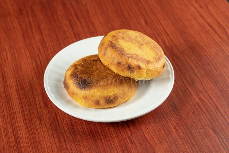 新鲜的热的Arepa普遍在哥伦比亚和委内瑞拉油煎直到在他们之间的乳酪融解的由两块玉米蛋糕做成,食物 库存照片