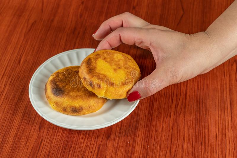 新鲜的热的Arepa普遍在哥伦比亚和委内瑞拉油煎直到在他们之间的乳酪融解的由两块玉米蛋糕做成,食物 免版税库存照片