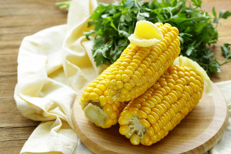 新鲜的煮沸的玉米棒玉米 库存照片
