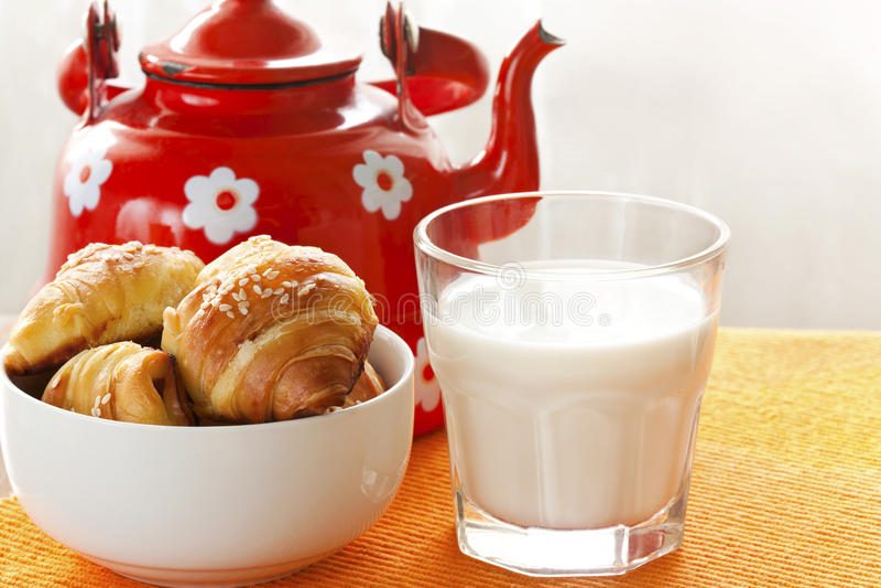 新鲜的牛奶和新月形面包 免版税库存照片