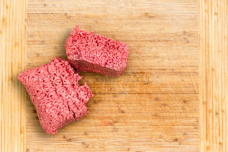新鲜的牛肉块剁碎通过切 免版税库存照片