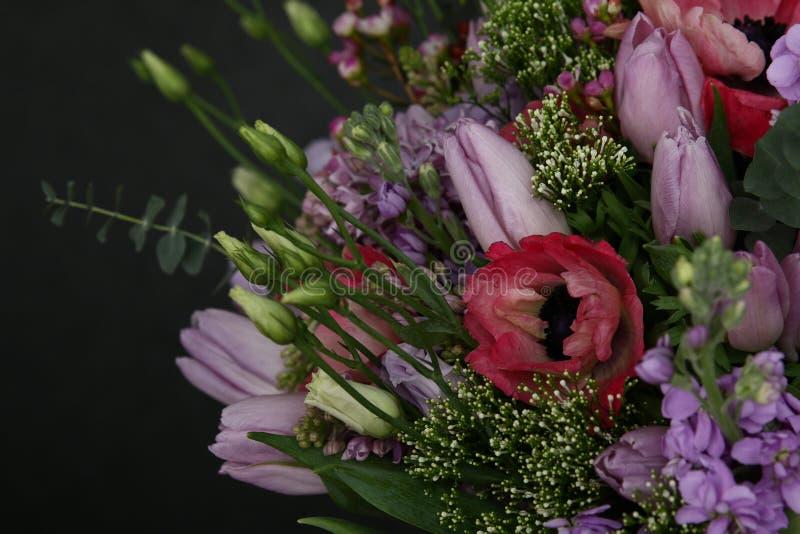 新鲜的玫瑰和郁金香富有的花束  库存图片