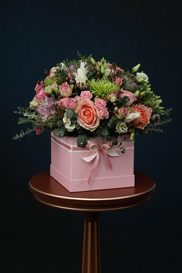 新鲜的玫瑰富有的花束  免版税图库摄影