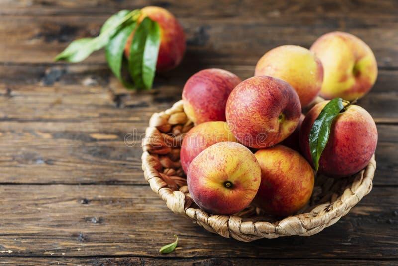 新鲜的甜桃子 库存照片