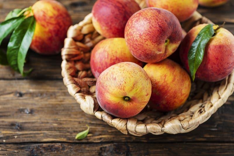 新鲜的甜桃子 库存图片
