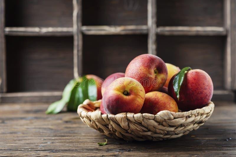 新鲜的甜桃子 免版税库存图片