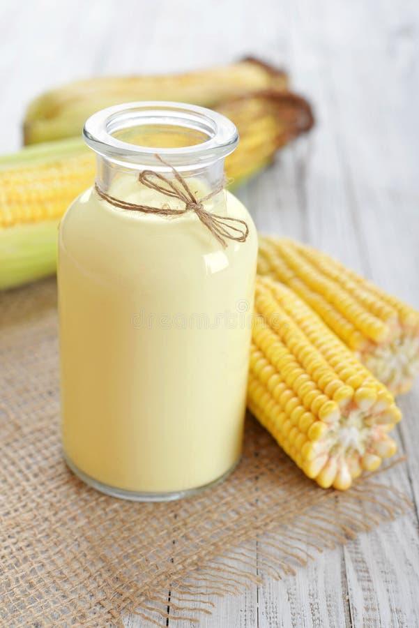 新鲜的甜玉米汁 免版税库存照片