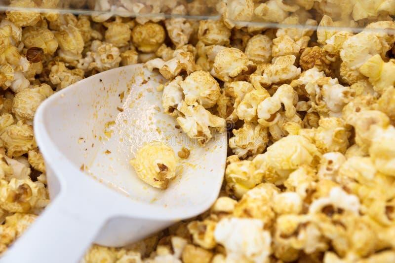 新鲜的甜玉米花和铁锹在玉米花加工,关闭  免版税库存照片