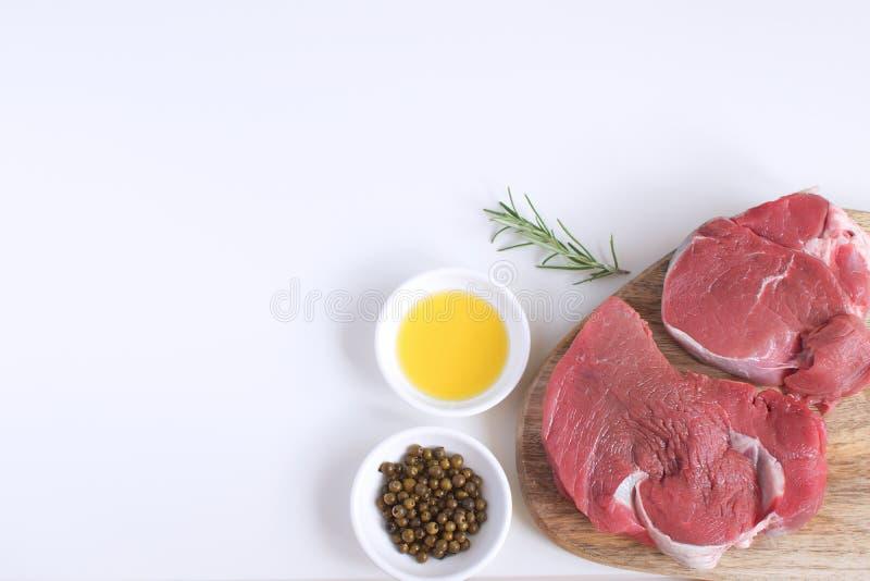 新鲜的生肉牛排橄榄油香料以子弹密击罗斯玛丽 免版税库存照片