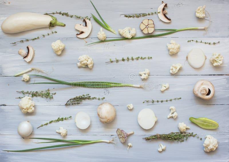 新鲜的白色绿色被定调子的菜的汇集未加工在木土气背景 库存照片