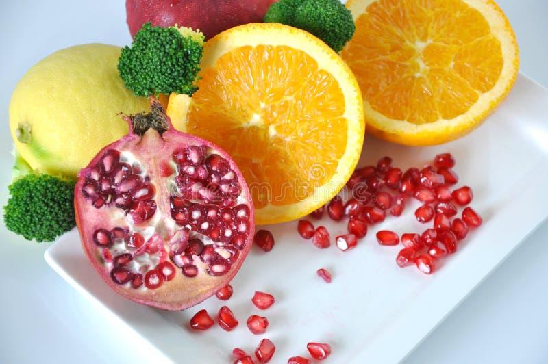 新鲜的石榴用五颜六色的健康果子 图库摄影