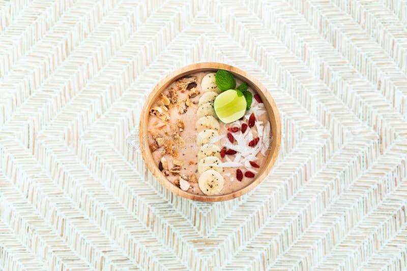新鲜的素食主义者美味的圆滑的人碗木背景 库存图片